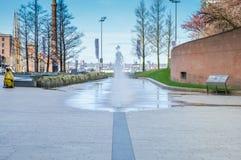 Ливерпуль, Великобритания - 3-ье апреля 2015 - Томас управляет фонтаном пути Стоковые Изображения