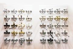 Ливни и faucets хрома в магазине трубопровода стоковые фото
