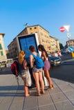 Ливорно, Италия - 1-ое июля 2016: неопознанные молодые женщины на цифровой информации всходят на борт в Ливорно Ливорно портовый  Стоковые Изображения