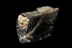 Лигнит двигателя камня макроса минеральный на черной предпосылке стоковые изображения