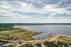 Лигнит, электрическая станция солнечной энергии и ветротурбины стоковые фото
