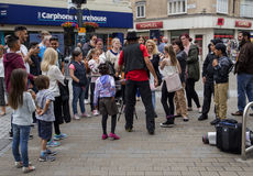 ЛИДС, ВЕЛИКОБРИТАНИЯ - 24-ОЕ ИЮЛЯ 2015 Толпы уличного исполнителя занимательные Стоковое Изображение RF