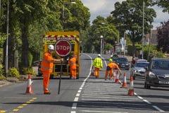 ЛИДС, Великобритания - линии картины рабочих классов 12-ое июля 2017 на дороге Стоковая Фотография RF