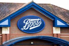 ЛИДС, Великобритания - 11-ое февраля 2016 Boots знак химика над входом к магазину ботинок в Лидсе Стоковые Изображения