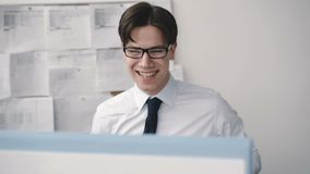 Ликование бизнесмена Deligent на ПК на месте службы 4K сток-видео
