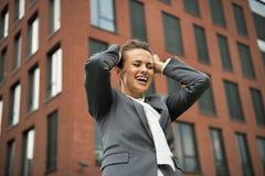 Ликование бизнес-леди перед офисом стоковые изображения rf