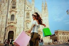 ликование Мод-торговца идя с красочными хозяйственными сумками стоковые изображения