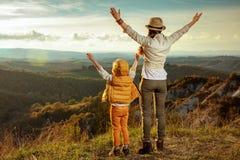 Ликование путешественников матери и ребенка пригонки стоковое фото rf