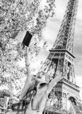 Ликование ребенка и поднимая флаг пока сидящ на парапете, Париже стоковые фотографии rf