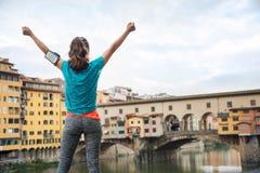 Ликование фитнеса женское перед Ponte Vecchio, Италией стоковые изображения rf