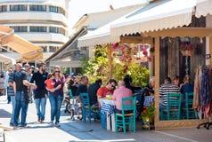 ЛИМАСОЛ, КИПР - 1-ОЕ АПРЕЛЯ 2016: Кафе улицы при люди проходя мимо в старую часть города Стоковая Фотография RF