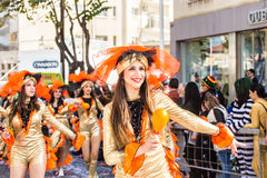 ЛИМАСОЛ, КИПР - 26-ОЕ ФЕВРАЛЯ: Грандиозный парад масленицы - неопознанные люди всех времен, рода и национальности внутри Стоковые Фотографии RF