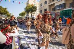 ЛИМАСОЛ, КИПР - 26-ОЕ ФЕВРАЛЯ: Неопознанные участники масленицы маршируют в парад масленицы Кипра, 26-ое февраля 2017 внутри Стоковое Изображение