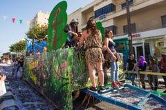 ЛИМАСОЛ, КИПР - 26-ОЕ ФЕВРАЛЯ: Неопознанные участники масленицы маршируют в парад масленицы Кипра, 26-ое февраля 2017 внутри Стоковое фото RF