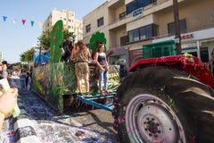 ЛИМАСОЛ, КИПР - 26-ОЕ ФЕВРАЛЯ: Неопознанные участники масленицы маршируют в парад масленицы Кипра, 26-ое февраля 2017 внутри Стоковая Фотография RF