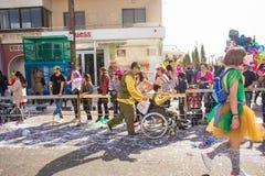 ЛИМАСОЛ, КИПР - 26-ОЕ ФЕВРАЛЯ: Неопознанные участники масленицы маршируют в парад масленицы Кипра, 26-ое февраля 2017 внутри Стоковые Изображения RF
