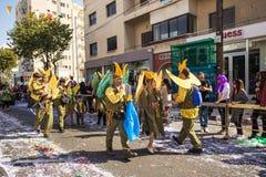 ЛИМАСОЛ, КИПР - 26-ОЕ ФЕВРАЛЯ: Неопознанные участники масленицы маршируют в парад масленицы Кипра, 26-ое февраля 2017 внутри Стоковое Фото