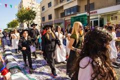 ЛИМАСОЛ, КИПР - 26-ОЕ ФЕВРАЛЯ: Неопознанные участники масленицы маршируют в парад масленицы Кипра 26-ого февраля 2017 Стоковая Фотография
