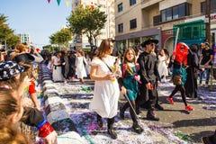 ЛИМАСОЛ, КИПР - 26-ОЕ ФЕВРАЛЯ: Неопознанные участники масленицы маршируют в парад масленицы Кипра 26-ого февраля 2017 Стоковые Изображения RF