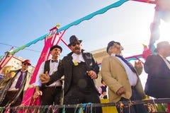 ЛИМАСОЛ, КИПР - 26-ОЕ ФЕВРАЛЯ: Неопознанные участники масленицы маршируют в парад масленицы Кипра 26-ого февраля 2017 Стоковое Изображение