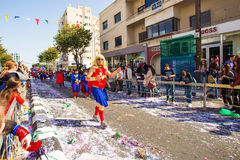 ЛИМАСОЛ, КИПР - 26-ОЕ ФЕВРАЛЯ: Неопознанные участники масленицы маршируют в парад масленицы Кипра 26-ого февраля 2017 Стоковое Фото