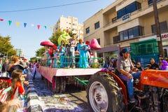ЛИМАСОЛ, КИПР - 26-ОЕ ФЕВРАЛЯ: Неопознанные участники масленицы маршируют в парад масленицы Кипра 26-ого февраля 2017 Стоковое фото RF