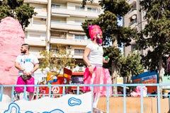 ЛИМАСОЛ, КИПР - 26-ОЕ ФЕВРАЛЯ: Неопознанные участники масленицы маршируют в парад масленицы Кипра 26-ого февраля 2017 Стоковые Изображения