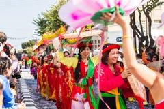 ЛИМАСОЛ, КИПР - 26-ОЕ ФЕВРАЛЯ: Счастливые люди в командах одели с костюмами colorfull на известной, 26-ое февраля 2017 внутри Стоковые Изображения