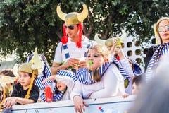 ЛИМАСОЛ, КИПР - 26-ОЕ ФЕВРАЛЯ: Счастливые люди в командах одели с костюмами colorfull на известной, 26-ое февраля 2017 внутри Стоковое Фото