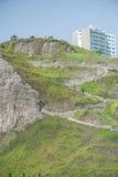 ЛИМА, ПЕРУ - 14-ОЕ АПРЕЛЯ 2013: Тропа в Miraflores вниз к пляжу lima Перу Стоковое Изображение RF