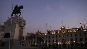 ЛИМА, ПЕРУ 12-ОЕ ИЮНЯ 2016: сумрак снятый статуи на площади san Мартине в Лиме акции видеоматериалы