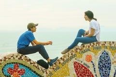 Лима, Перу - 03 18 2019 пар на солнечный день в парке любов в Miraflores, Лиме, Перу стоковое изображение rf