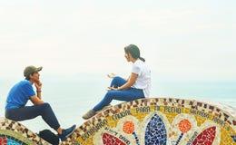 Лима, Перу - 03 18 2019 пар на солнечный день в парке любов в Miraflores стоковое изображение