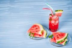 Лимонад арбуза с листьями льда и мяты Домодельный лимонад зрелой ягоды с красными и зелеными ripes Стекло холодного арбуза t Стоковое Фото