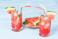 Лимонад арбуза с листьями льда и мяты Домодельный лимонад зрелой ягоды с красными и зелеными ripes Стекло холодного арбуза t Стоковые Изображения RF