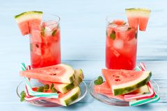 Лимонад арбуза с листьями льда и мяты Домодельный лимонад зрелой ягоды с красными и зелеными ripes Стекло холодного арбуза t Стоковое фото RF