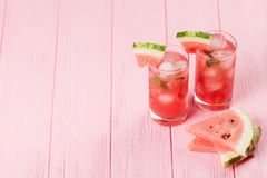 Лимонад арбуза с листьями льда и мяты Домодельный лимонад зрелой ягоды с красными и зелеными ripes Стекло холодного арбуза t Стоковые Фото