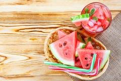 Лимонад арбуза с листьями льда и мяты Домодельный лимонад зрелой ягоды с красными и зелеными ripes Стекло холодного арбуза t Стоковые Изображения