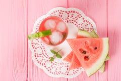 Лимонад арбуза с листьями льда и мяты Домодельный лимонад зрелой ягоды с красными и зелеными ripes Стекло холодного арбуза t Стоковая Фотография