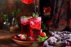 Лимонад клубники с свежими ягодами и мятой стоковые изображения rf