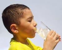 Лимонад малыша sipping Стоковые Фотографии RF