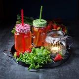 лимонад плодоовощ с клубниками ревенем и мятой стоковая фотография rf