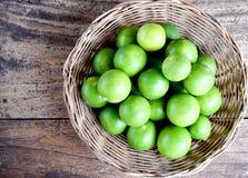 Лимонад взгляд сверху с свежим лимоном на деревянной предпосылке Стоковые Фото