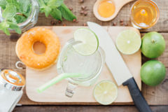 Лимонад в стекле на древесине Стоковые Фото