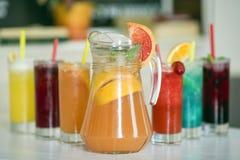 Лимонад грейпфрута в jag и красочных напитках Стоковое Изображение RF