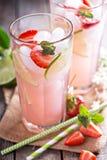 Лимонад известки клубники в высокорослых стеклах Стоковая Фотография RF