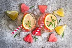 Лимонад лимона арбуза с частями арбуза в форме сердца Освежая концепция питья лета Стоковая Фотография
