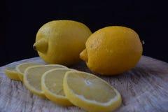 2 лимона на древесине Стоковое Изображение RF