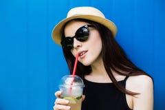 Лимонад питья девушки Стоковые Фото