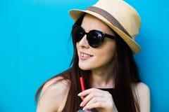 Лимонад питья девушки Стоковая Фотография